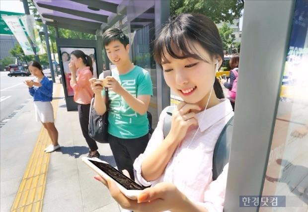 서울 광화문 인근 버스 정류장에서 KT 가입자가 무선 데이터 서비스를 이용하고 있다. / 사진=KT 제공