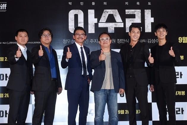 '아수라' 김성수 감독과 출연진.