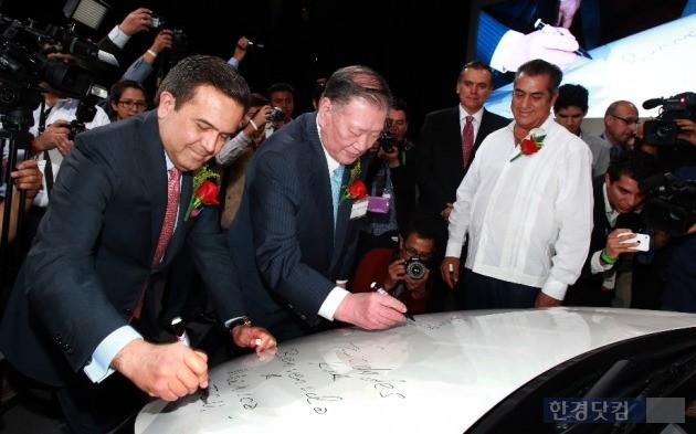 지난달 기아자동차 멕시코 공장 준공식에 참석한 정몽구 회장이 현지 공장에서 생산되는 K3에 기념 서명을 하고 있는 모습. (사진=현대차그룹 제공)