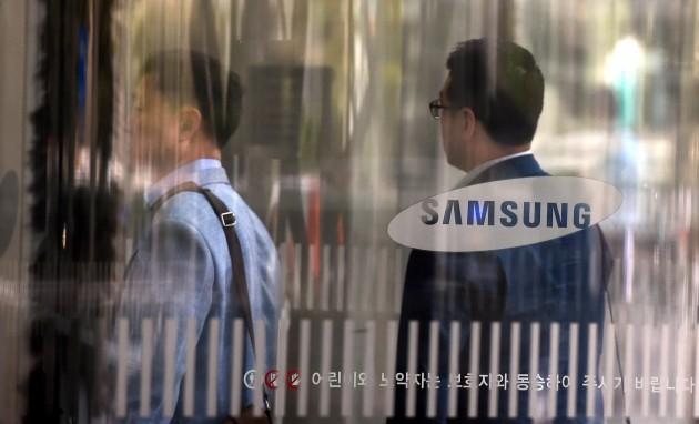 삼성 임직원들이 서초동 삼성전자 사옥으로 들어 가고 있다./허문찬기자