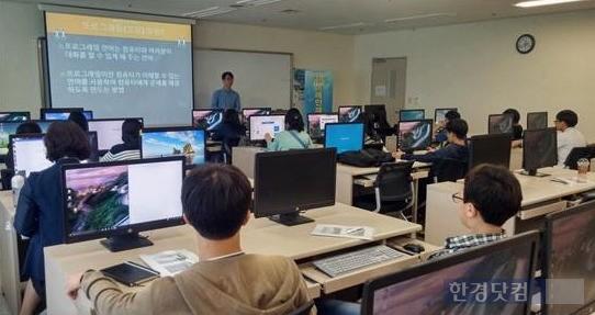 세종대 소프트웨어중심대학 사업단에서 자유학기제 중학생 대상 코딩 교육을 하고 있다.