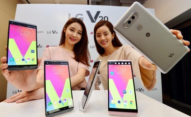 LG 프리미엄 스마트폰 V20 신제품 발표회에서 모델들이 제품을 소개하고  있다./허문찬기자