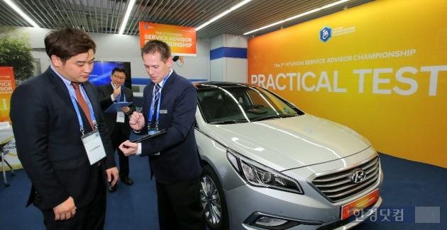 제3회 현대자동차 서비스 어드바이저 챔피언십에 참가한 외국인이 평가 항목을 살펴보고 있다. (사진=현대차 제공)