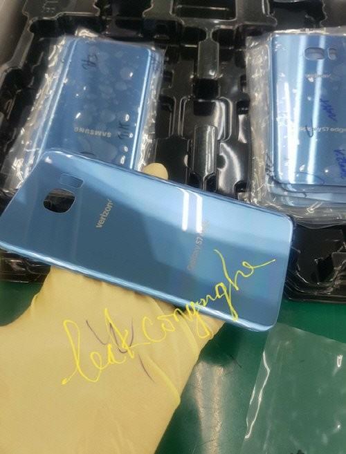 블루코랄 색상의 스마트폰 케이스 뒷면 하단에는 '갤럭시S7엣지'가, 상단에는 미국 이동통신사 '버라이즌'이 새겨져 있다. / 출처 샘모바일