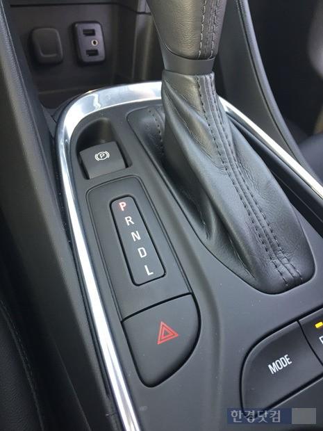 자동기변속기 주변. 주행모드를 바꿀 수 있는 'MODE' 버튼은 변속기 아래에 있다.