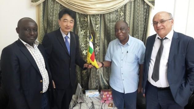 나길주 다산프랑스 법인장(가운데 왼쪽)과 레오폴드 엠볼리 파트랑 중앙아프리카공화국 에너지  장관(가운데 오른쪽)이 장관실에서 협약식을 마치고 기념촬영을 하고 있다.