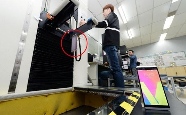 LG전자 연구원이 V20(붉은색 원안)를 바닥에 깔린 철판 위로 제품을 떨어트려 내구성을 테스트하고 있다.