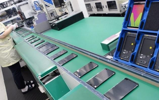'LG 디지털 파크'에서 LG전자 플래그십 스마트폰 'V20'를 생산하는 모습. 이달 말 'V20'의 북미 출시를 앞둔 LG전자 직원이 공장 라인에서 'V20' 생산 작업에 집중하고 있다.