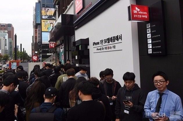 21일 이동통신 3사가 개최한 아이폰7 출시 행사장에는 수많은 인파가 몰려 흥행이 예고됐다.