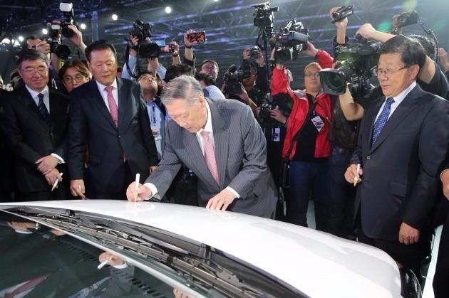 정몽구 회장이 창저우공장 준공식 행사에 참석해 첫 번째 생산 모델인 위에나에 기념 사인을 하고 있다. / 현대차그룹 제공
