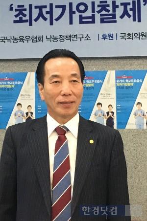 26일 국회의원회관 대회의실 앞에서 취재진 질문에 답하는 이승호 위원장.