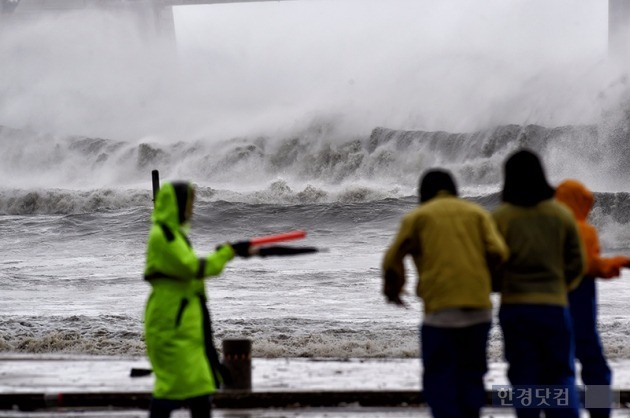 5일 제 18호 태풍 차바가 부산을 강타하면서 부산지역 2명이 사망하는 등 피해가 잇따르고 있다.