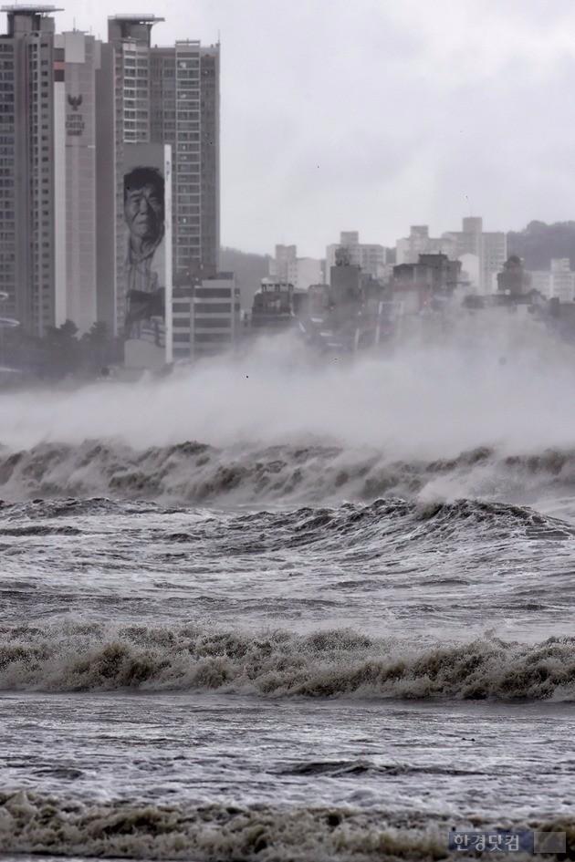 마린시티 주민들이 태풍 피해로 몸살을 앓고 있다. 사진은 태풍 차바가 휩쓸고간 부산 앞바다.