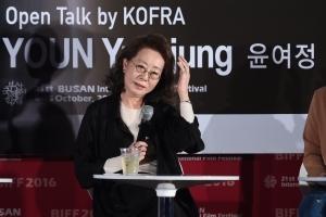 [HEI포토] 윤여정, '부산시민들과 대화 나눠요~'