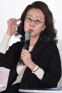 [HEI포토] 윤여정, '시민의 날카로운 질문에 고민되네~'