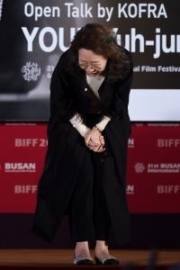 윤여정, '70대 여배우의 품격 90도로 인사'