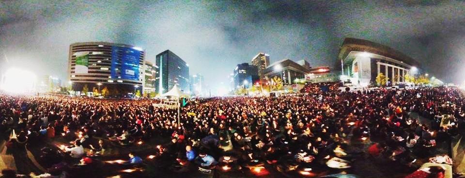 지난 5일 광화문에 모인 20만 시민 집회를 360도 VR 카메라로 촬영한 화면. 이 사진은 실제 뉴스래빗 홈페이지에서도 정상적인 360도 사진 형식으로 서비스됐다.