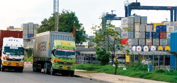 태국 최대 항만인 램차방 부두에 화물선에서 내린 컨테이너가 쌓여 있다. 라용·램차방=최종석 기자