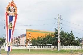 태국 라용주의 헤마라즈 동부해안 산업단지 거리에 푸미폰 아둔야뎃 태국 국왕의 젊은 시절 사진이 걸린 기념탑이 서 있다. 라용·램차방=최종석 기자