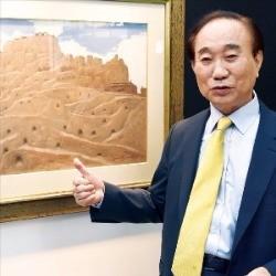 서양화가 강석진 전 GE코리아 회장이 서울 중림동 한경갤러리에서 열리는 개인전에 출품한 자신의 작품 '잃어버린 지평선'에 대해 설명하고 있다. 신경훈 기자 khshin@hankyung.com