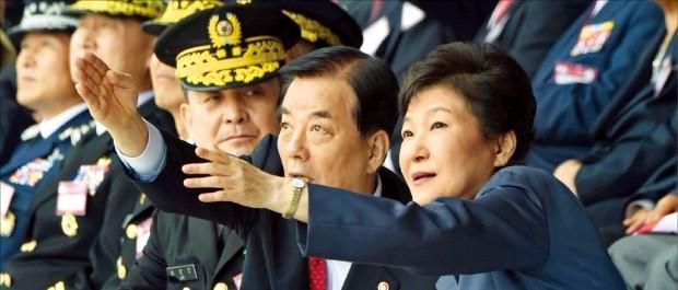박근혜 대통령이 지난 1일 충남 계룡대에서 열린 국군의 날 기념식에서 한민구 국방부 장관(가운데)의 설명을 들으며 공군 특수비행팀 '블랙이글'의 곡예비행을 지켜보고 있다. 강은구 기자 egkang@hankyung.com