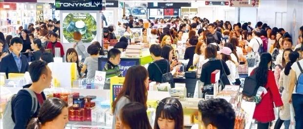 2일 서울 소공동 롯데면세점 화장품 코너가 한국 제품을 사려는 유커들로 붐비고 있다. 김영우 기자 youngwoo@hankyung.com