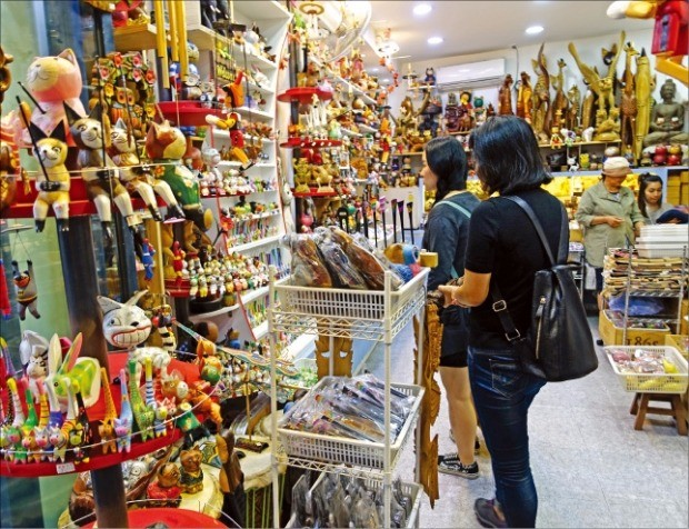 중국 국경절 연휴(1~7일)를 앞둔 지난달 27일 서울 인사동을 찾은 왕옌·한메이 씨 모녀가 한 상점에서 기념품을 고르고 있다.