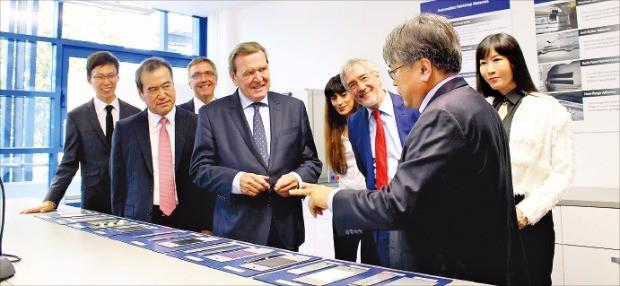 슈뢰더 전 독일 총리(앞줄 왼쪽 세 번째)가 지난 9월 초 아헨에 있는 유니테크(회장 이성호·두 번째) 독일연구소를 둘러보고 있다.