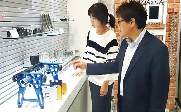 시제품 제작 전시회를 앞두고 관계자들이 전시장을 돌아보고 있다.