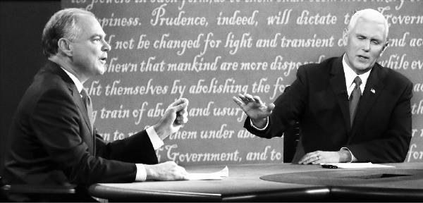 팀 케인 미국 민주당 부통령 후보( 왼쪽)와 마이크 펜스 공화당 부통령 후보 가 4일(현지시간) 버지니아주 팜빌 롱우드대에서 열린 부통령 후보 TV토론회에서 양당 대통령 후보의 외교정책 등을 놓고 공방을 벌이고 있다. 팜빌EPA연합뉴스