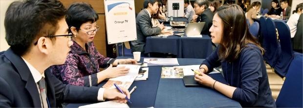 5일 서울 상암동 스탠포드호텔에서 열린 '2016 한·아세안 디지털콘텐츠 콘퍼런스'에 참가한 기업 관계자들이 비즈니스 상담을 하고 있다. 신경훈 기자 ksshin@hankyung.com