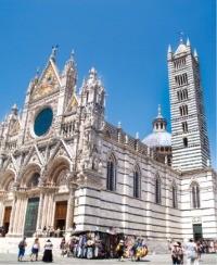 시에나 대성당 전경. 13세기에 지어졌으며 고딕양식과 토스카나의 특성을 훌륭하게 살린 걸작으로 꼽힌다.