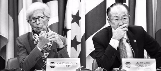 크리스틴 라가르드 국제통화기금(IMF) 총재(왼쪽)와 김용 세계은행 총재가 5일(현지시간) 미국 워싱턴DC 미주개발은행에서 열린 제8차 북·중·남미  재무장관회의에서 참석자 발언에 귀를 기울이고 있다. 이 회의는 IMF 및 세계은행 연례회의와 같은 기간에 열린다. 워싱턴 EPA연합뉴스