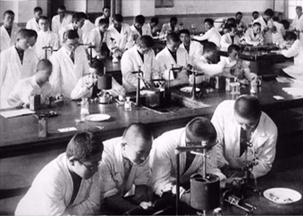 1938~1945년 만주에서 포로 수천명을 대상으로 잔혹한 생체실험을 저지른 일본 731부대가 세균 실험을 하는모습. 한경DB