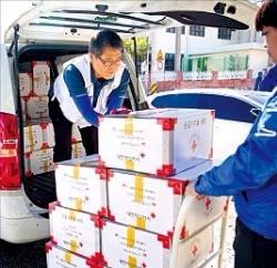 대한적십자사 자원봉사자들이 지난 5일 부산지역 지원을 위해 응급구호품을 차량에 싣고 있다. 연합뉴스