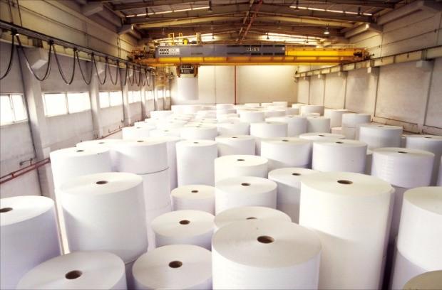 부가가치가 높은 하이테크 종이소재 생산에 나서고 있는 한솔제지의 대전공장 자동화 창고.