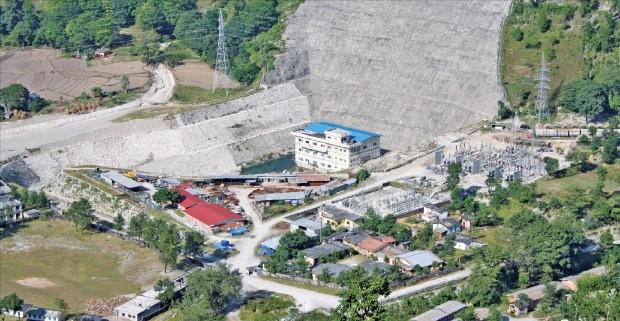 한국수력원자력은 국내외에서 축적된 수력발전사업 노하우를 바탕으로 아시아·남미의 에너지신산업 시장 진출에 주력하고 있다. 사진은 한수원의 해외수주 1호 사업인 네팔 차멜리야 발전소 전경.