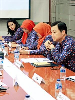 미래에셋대우 인도네시아 현지 법인 직원들이 업무 관련 회의를 하고 있다.