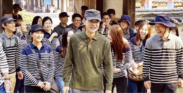 삼성화재는 지난달 서울 남산골 한옥마을에서 안민수 사장(가운데)이 임직원 80여명과 함께 경영전략을 공유하는 '소통 간담회'를 열었다.   삼성화재  제공