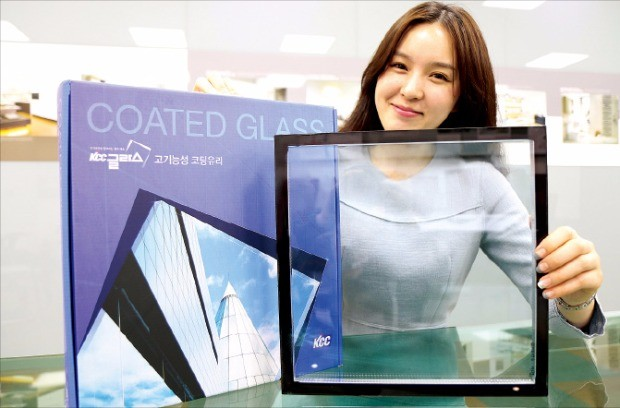 KCC는 내구성·단열성을 개선한 코팅유리 '이글래스 (e-GLASS) HD' 판매를 확대하고 있다.