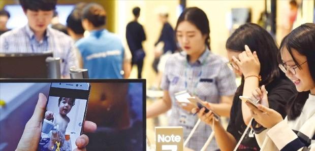 7일 서울 서초동 삼성전자 사옥 지하에 있는 홍보관 딜라이트에서 소비자들이 갤럭시노트7을 사용해보고 있다. 김범준 기자 bjk07@hankyung.com