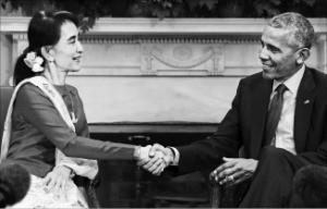 지난달 14일 미국을 방문한 아웅산수지 미얀마 외무장관(왼쪽)이 버락 오바마 미국 대통령과 악수하고 있다. 워싱턴 AP연합뉴스