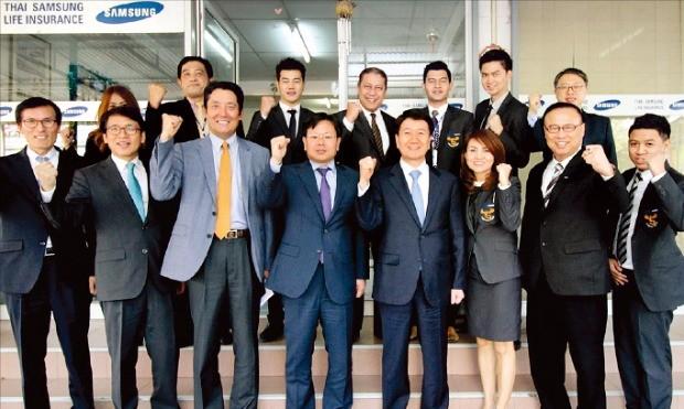 김창수 삼성생명 사장(앞줄 오른쪽 네 번째)이 지난 2월 태국합작사인 '타이삼성'을 방문해 현지 직원들과 파이팅을 외치고 있다. 삼성생명 제공