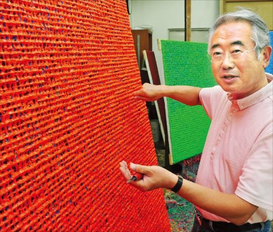 '포스트단색화가'로 주목받고 있는 김태호 화백이 서울 목동 작업실에서 한국국제아트페어에 출품할 작품을 손질하고 있다.