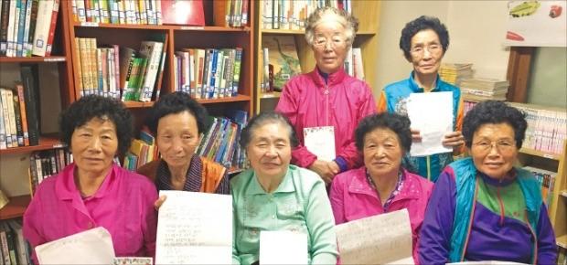 전남 곡성 서봉리에서 8년째 한글을 공부하며 지난 4월 시집 '시집살이 詩집살이'를 낸 할머니들이 서봉리 '길 작은 도서관'에 모였다. 앞줄 왼쪽부터 양양금(68), 박점례(68), 안기임(82), 김점순(78), 윤금순(81) 씨. 뒷줄 왼쪽부터 김막동(82), 최영자(84) 씨. 이미아 기자 mia@hankyung.com