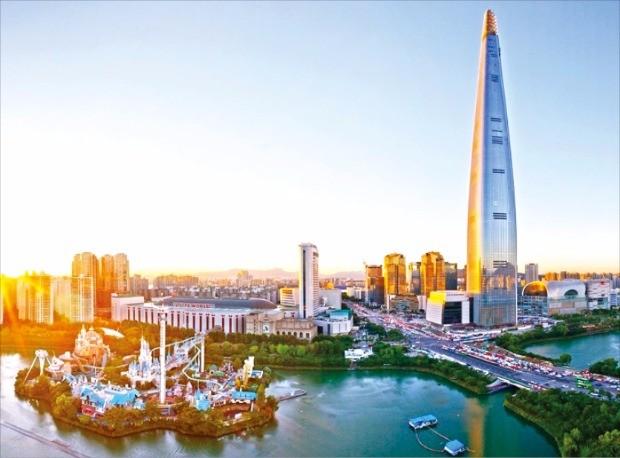 2010년 11월 착공 후 약 6년 만인 지난 3일 123층, 555m의 외관이 완성된 롯데월드타워 모습.
