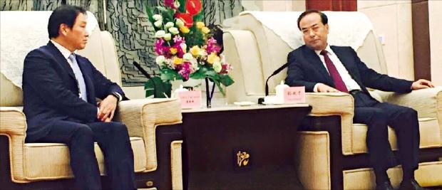 최태원 SK그룹 회장(왼쪽)이 지난 9월24일 중국 충칭 국제콘퍼런스센터에서 쑨정차이 충칭시 당서기와 만나 협력 방안을 논의하고 있다.