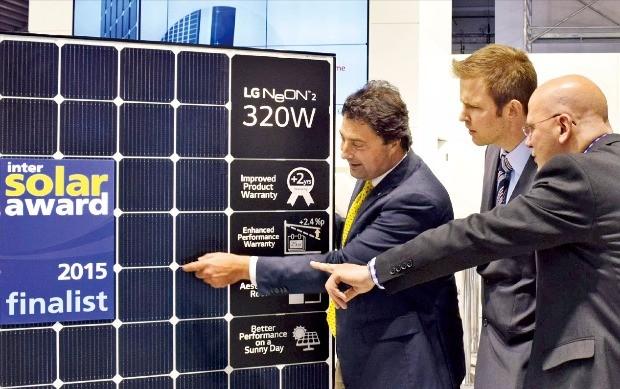 LG전자는 지난해 6월 태양광 전시회 '인터솔라 2015'에서 세계 최고 수준의 효율을 가진 네온2를 공개했다.