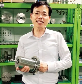이희장 씰링크 사장이 무윤활 방식 회전축 밀폐장치의 원리를 설명하고 있다.