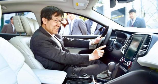 권오준 포스코 회장이 올 3월 서울 포스코센터 정문 앞에 설치된 고객사 르노삼성자동차 SM6에 탑승해 차량 내부를 꼼꼼히 살피고 있다.